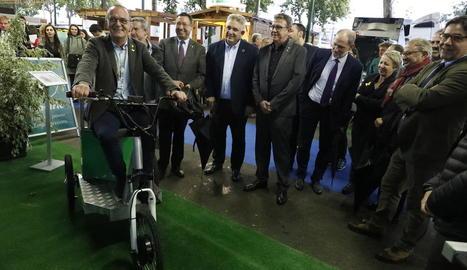 Pueyo prova un bicicle d'un expositor davant de la mirada de Farré, Saltó, Talarn, Oró i Escobar (dreta).