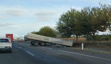Una vista de l'accident amb tres camions tràiler implicats.