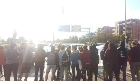 Estudiants tallen la rotonda de l'LL-11 a Lleida ciutat