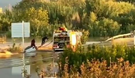 Rescatan un conductor de la riada entre Lleida y Albatàrrec