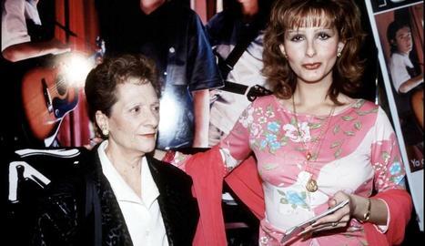 Margarita Seisdedos amb la seua filla.