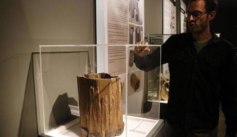 El director del museu, David Castellana, amb el cubell de fusta que es va trobar el 2017 al pou.