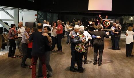 Nombroses parelles van gaudir ahir de la música i el ball a la Llotja.