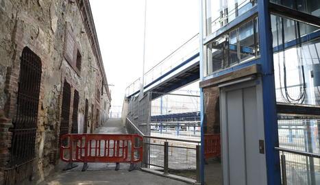La rampa que dóna a l'estació, a la imatge, i la de Pardinyes estan tancades des del maig passat.