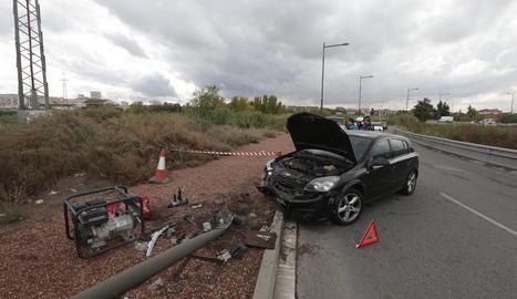 El vehicle accidentat ahir a Cappont va patir desperfectes al xocar contra un fanal.