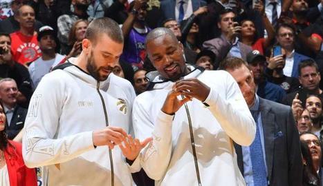 Marc Gasol i Serge Ibaka miren l'anell de campions que els van entregar abans del partit.