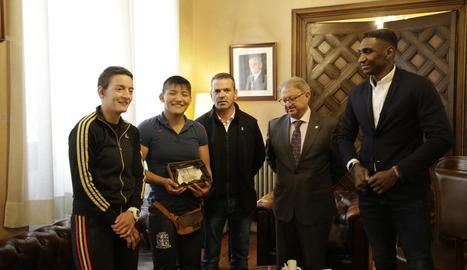 Ai Tsunoda va rebre un obsequi de la Paeria després de les dos medalles internacionals.