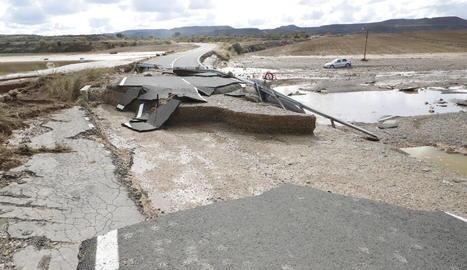 Un tram destrossat de la carretera recentment inaugurada a Cervià de les Garrigues.