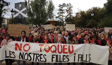 Mobilització convocada ahir per Dones Lleida davant de la subdelegació del Govern espanyol.