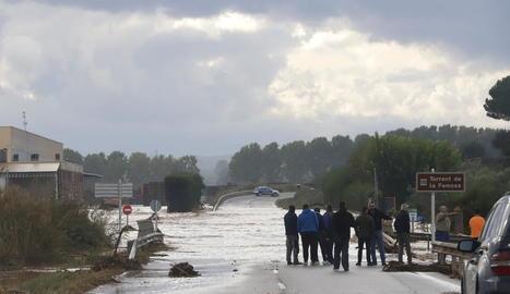 El barranc de la Femosa desbordat al seu pas per Artesa de Lleida, on va tallar completament la carretera L-702.