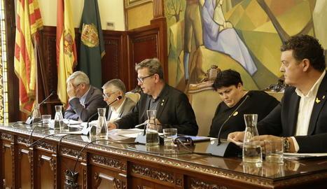 El president de la Diputació, Joan Talarn, al centre durant el ple celebrat ahir.
