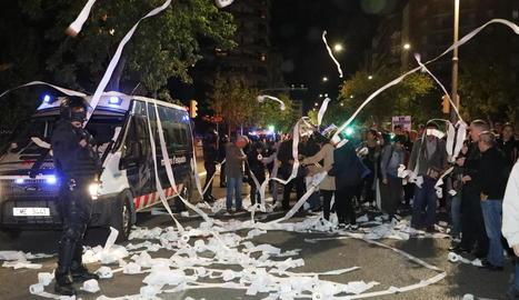 Moment en què els manifestants llancen paper de vàter a la comissaria de la Policia Nacional.