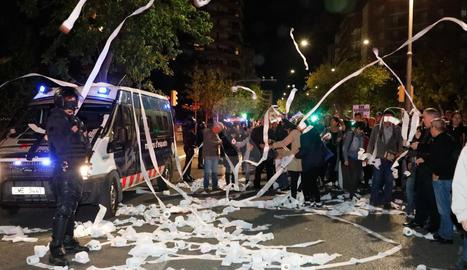 """Mil personas lanzan papel higiénico """"contra la represión"""" en Lleida"""
