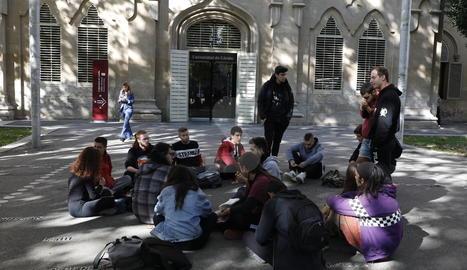 La concentració d'estudiants d'aquest divendres a la plaça Víctor Siurana de Lleida, davant del Rectorat.