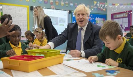 El primer ministre britànic, Boris Johnson, ahir durant una visita a una escola.