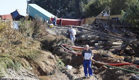 Camps a través la gent carregava amb el material dels contenidors del tren descarrilat entre Puigverd de Lleida i Juneda.