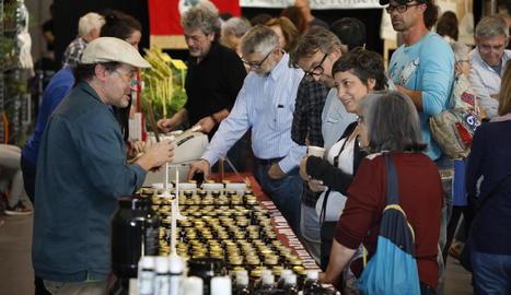 Desenes de persones van visitar la Fira d'Alimentació i Salut de Balaguer el primer dia.
