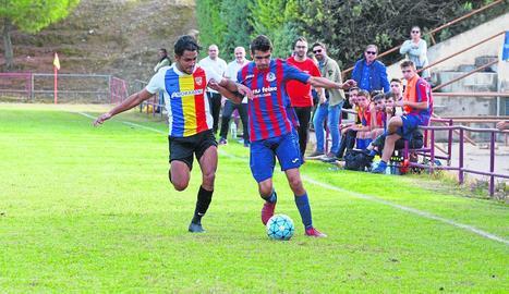 El jugador de l'Andorra B Tarik Antonio Mebarak, nebot de Shakira, pugna amb un jugador local.