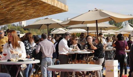 El bon temps d'ahir va propiciar que centenars de persones anessin a la Llotja a degustar vins.