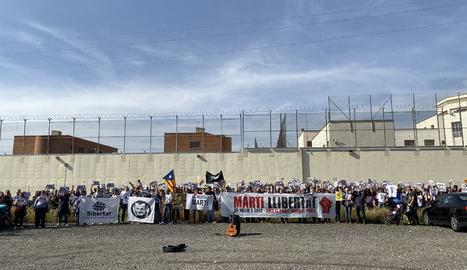 Centenars de persones es van manifestar ahir des del Camp d'Esports fins al centre penitenciari de Ponent.