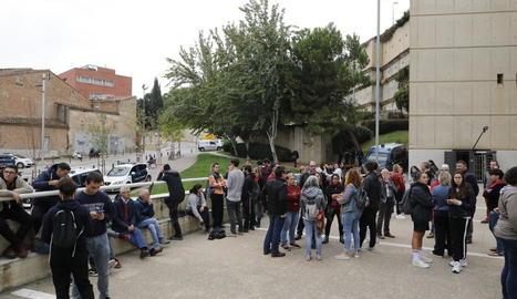Mig centenar de persones es van concentrar als jutjats per demanar la llibertat d'Amadeu Roca.