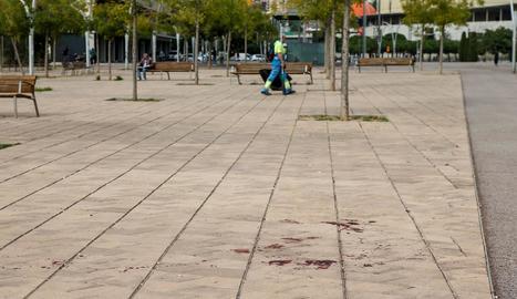 Restes de sang a la plaça on van succeir els fets.