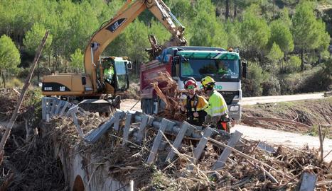 Bombers i forestals realitzant tasques de recerca a Tarragona.