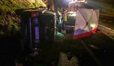 L'accident es va produir a les 21.15 hores de dijous a l'encreuament amb la carretera de Graus. A la imatge, un dels vehicles sinistrats