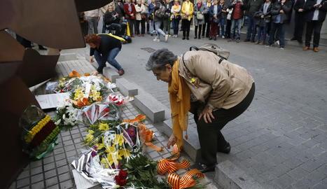 Entitats i particulars van dipositar ahir diversos rams de flors a l'escultura dedicada a les víctimes del Liceu Escolar a Blondel.