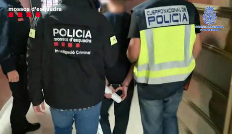 Els agents s'emporten un dels set detinguts.