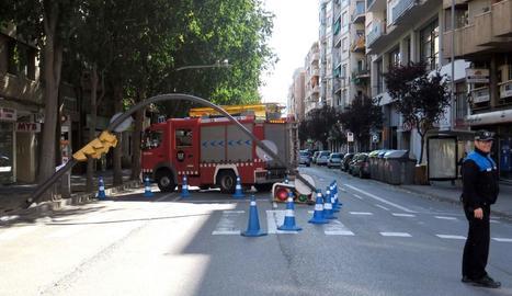 Ratxes de vent de més de 70 km/h fan caure arbres i semàfors a les terres de Lleida