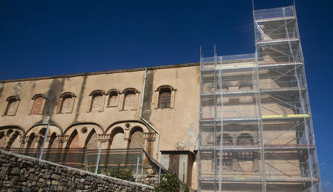 Les obres han començat amb la rehabilitació de les façanes sud i est de l'antic monestir.