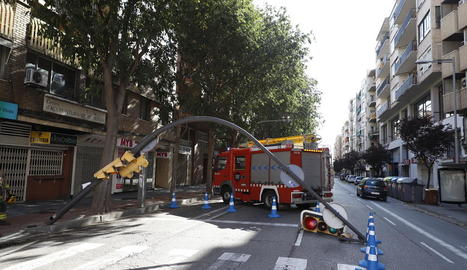 A l'avinguda de les Garrigues de Lleida un semàfor va quedar tombat a la calçada i es va haver de regular el trànsit.