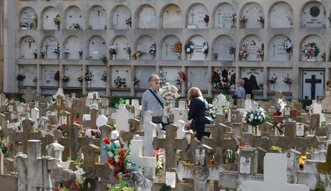 Imatges del cementiri de Lleida el dia de Tots Sants