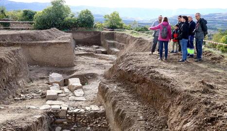 L'arqueòloga Cristina Belmonte mostra una conducció d'aigua.