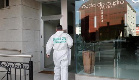 Un agent de la Guàrdia Civil accedeix a l'immoble en el qual va tenir lloc el crim, ahir, a Foz.
