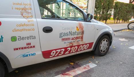 El vehicle d'una firma lleidatana, tacat de sang de la dona.