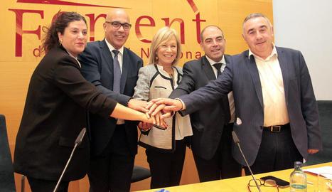 Imatge dels signants de l'acord d'integració.