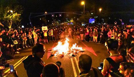 La crema de fotos del rei va ser una constant en les protestes, com aquesta en plena Diagonal de Barcelona.