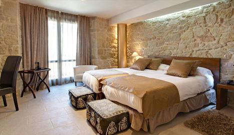 Una de les habitacions de hotel les quals disposen de bany privat, TV de pantalla plana, nevera, calefacció, aire acondicionat, telèfon i wifi entre altres