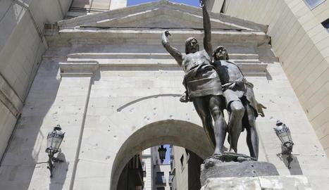 L'escultura d'Indíbil i Mandoni, sense la llança que va ser robada el 13 de novembre del 2017.