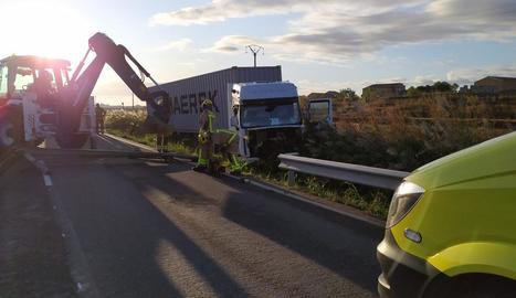 Un camió xoca contra una barrera de seguretat a Bellcaire d'Urgell