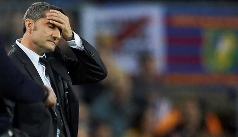 Ernesto Valverde es lamenta durant el partit dels blaugranes contra l'Slavia.