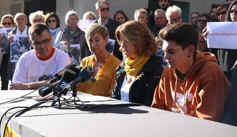 El jove detingut a la vaga, assegut a la dreta, ahir.
