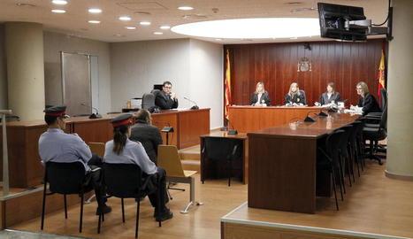 Vista general de la sala de l'Audiència de Lleida ahir, amb l'acusat al centre, durant el judici.