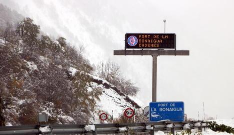 Un cartell informa de l'obligatorietat de l'ús de cadenes ahir al port de la Bonaigua.