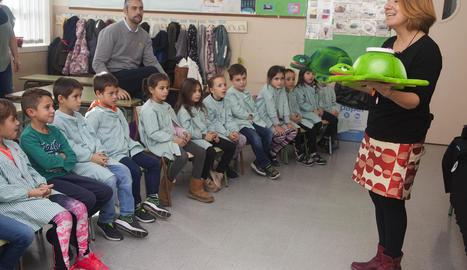 La contacontes Anna García, ahir a l'escola Macià Companys d'Agramunt.