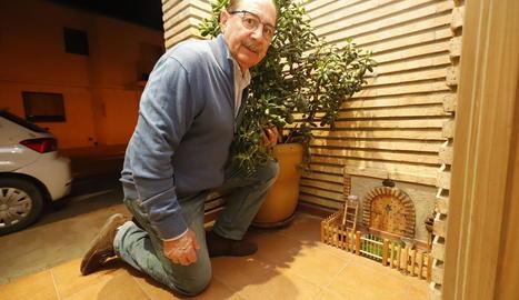 Julián Gavín, al costat de la casa del ratolinet de les dents construïda a l'entrada de casa seua.