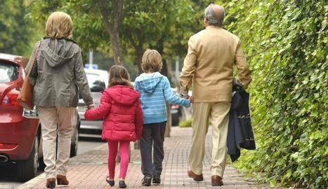 Uns avis al costat dels seus néts.