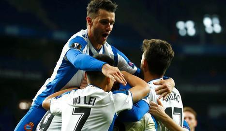 Els jugadors de l'Espanyol celebren el sisè gol, obra de Ferreyra.